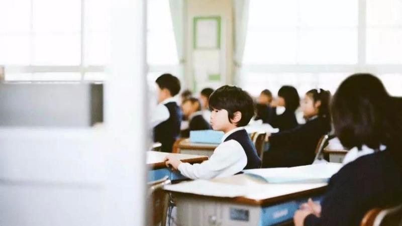 董卿一句话刺痛无数中国父母:你不逼孩子,将来生活会逼他?