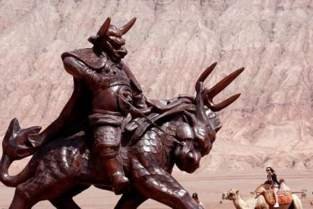 孙悟空被压五行山,牛魔王为何不去看他,反而去探望刚打下凡间的八戒?