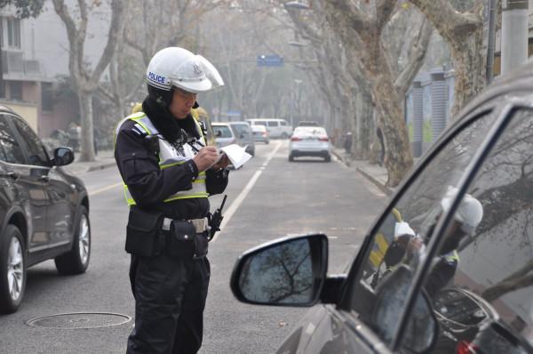 停车时打双闪算违章停车吗?被电子警察照下来了能申诉吗?