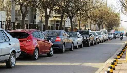 停车时先踩离合还是先踩刹车?