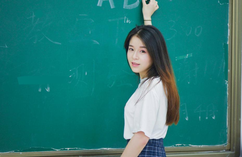 教师节某女教师晒万元奢侈品包,却被网友喷,为何女教师就不能拥有奢侈品?