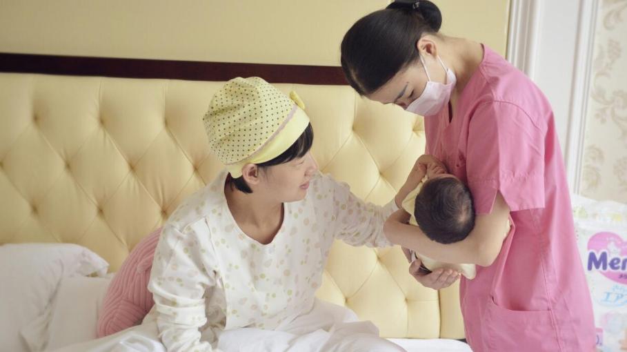 孕妈坐月子期间经常抱宝宝可以么?