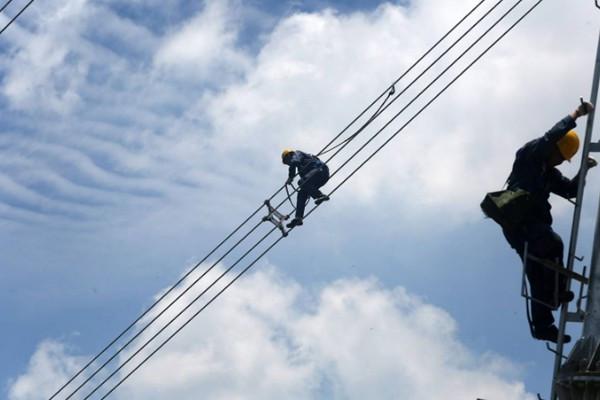 为什么高压电线不像普通电线一样包层绝缘层?