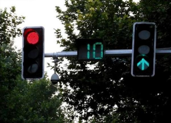 左转绿灯时在左转道直行了该如何处罚?
