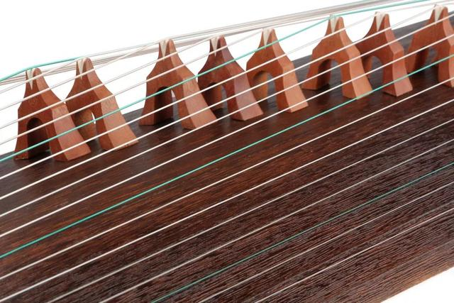 现代古筝琴弦是什么材料做的?