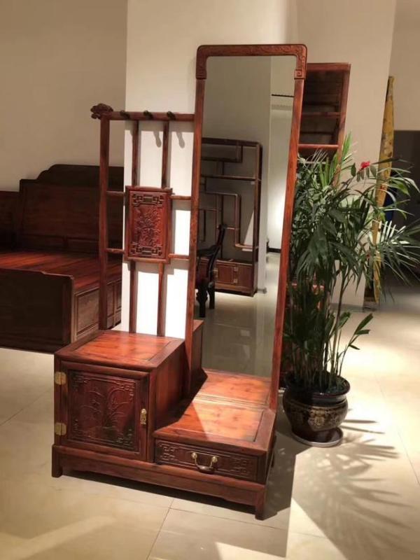 挑红木家具的时候都会敲面板,为什么呢?