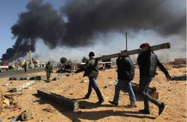 卡扎菲当年在拼死抵抗的时候,他的子女亲人都在干什么呢?