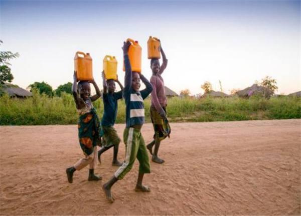 为什么非洲人宁愿跑10公里抬水,也不打一口井?