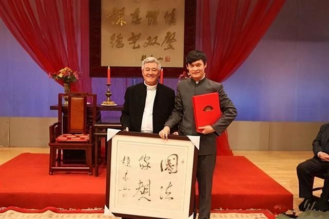 拜师赵本山,从演员沦为和网红抢饭吃,小沈龙为何活成全国的笑话呢?