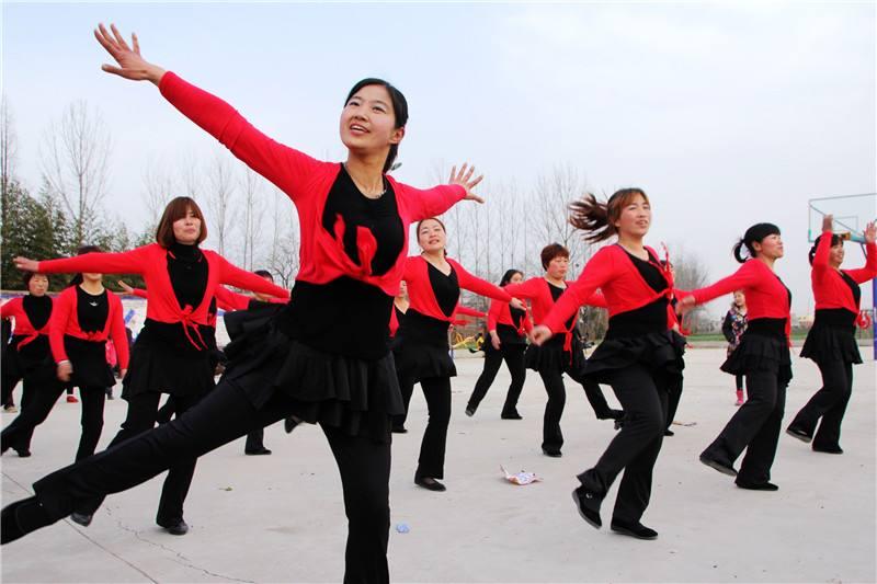 广场舞之争成为一个充满争议的话题,究竟该不该限制广场舞?