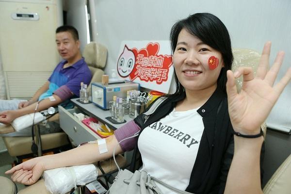 为什么近视超过800度的人不能献血?