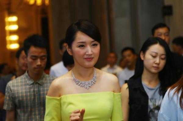 48岁杨钰莹近照面部僵硬,玉女形象幻灭了吗?