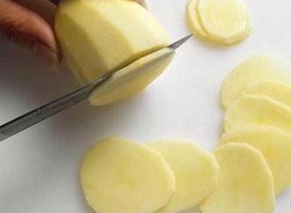 生土豆片敷脸可以祛斑吗?(土豆片敷脸真的可以祛斑吗)