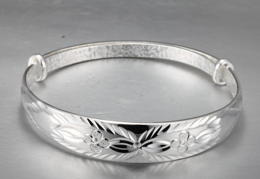 一个银手镯大概几克,银价现在是多少!买个银手镯大概多少钱?