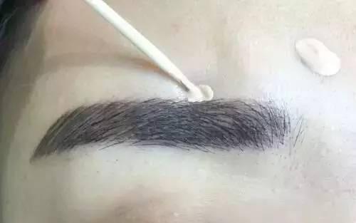 纹眉使人看上去很精神,纹坏的眉毛该如何遮盖呢?