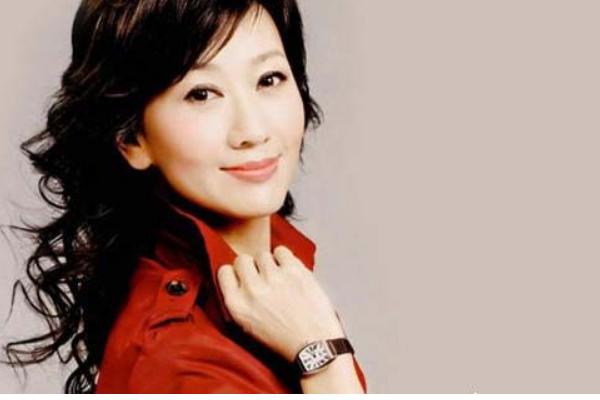 64岁赵雅芝和72岁老公秀恩爱,年龄差距那么大,为何网友却大呼羡慕?