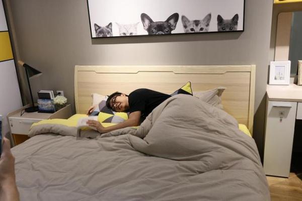 卧室放一个床头柜好吗?