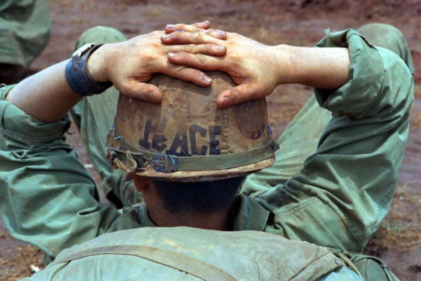 在战场上,为什么说士兵绝对不能捡敌国的枪?