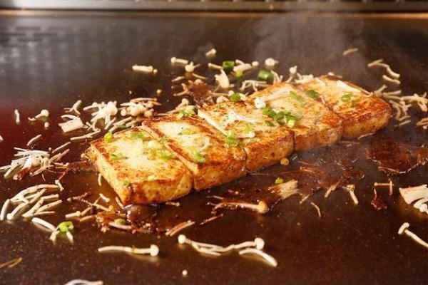 铁板烧成国内最受欢迎美食,你知道铁板烧的铁板是怎样炼成的吗?