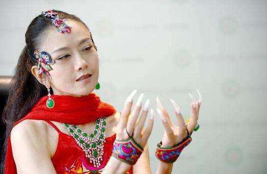 持双拐行走吃力,连几十万保养的指甲也没了,60岁杨丽萍近况如何?