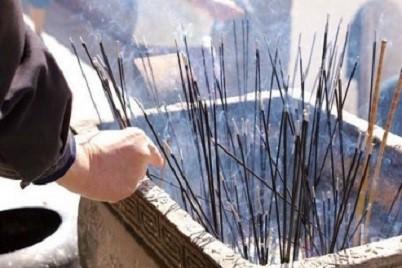 女子掉入寺庙香灰池致重度烧伤59%,半灭时的香灰温度有多高?