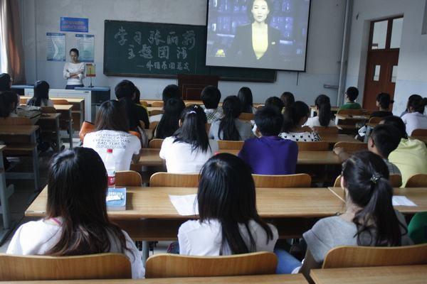"""女教师抱怨工资低,晒出工资单,为何网友却""""炸了锅""""?"""