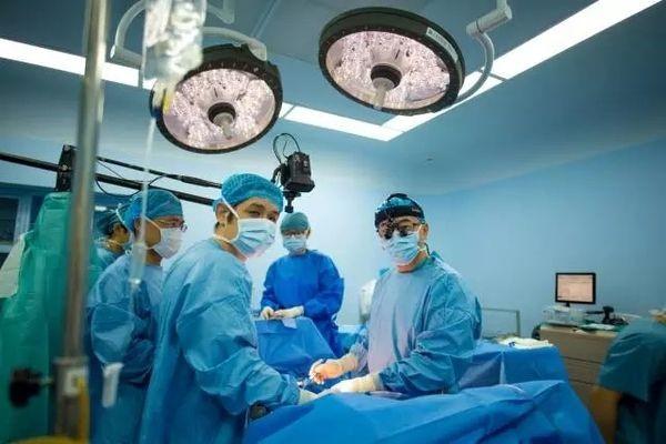 医护为救人,会用身体捂暖救命血,这是医护理所当然为病人做的吗?