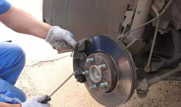 为什么前轮刹车片磨损比后轮快?