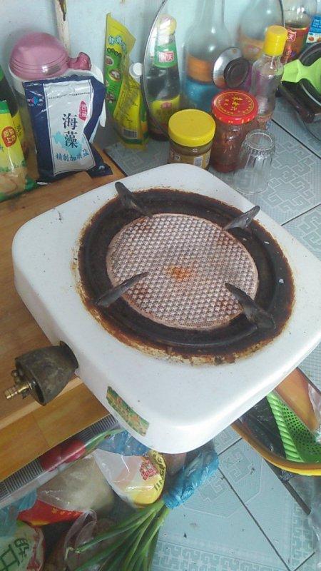 煤气灶点燃几分钟后砰的一下熄火了,这是怎么回事?