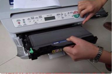 如何给打印机硒鼓换墨粉加碳粉(惠普HP、佳能、兄弟打印机图解)(图27)