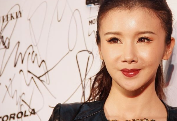 中国第一超模孙菲菲走秀摔跤是业务水平太差,还是秀场舞台有问题?