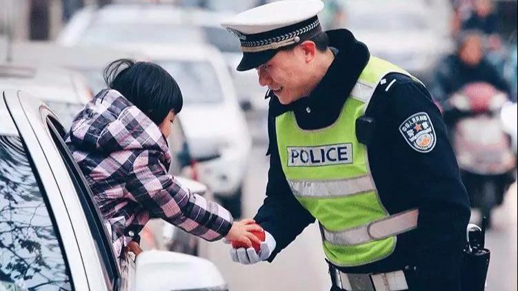 镜头下的警察局,撕开了成年人的伪装:这世间,还有人默默守护你