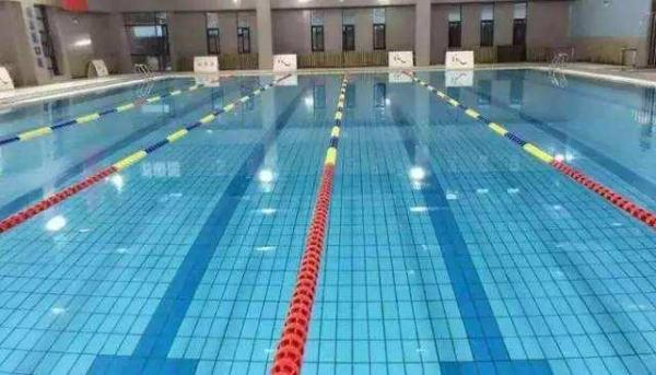 如何选泳帽:一个好的游泳馆需要哪些游泳设备,怎么选购游泳设备?