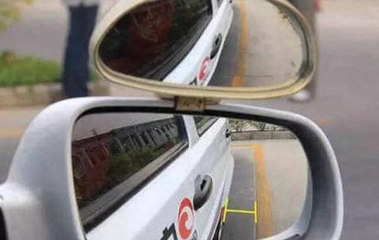 """科目二倒车入库""""从右后视镜里看到右车门把手进库时一定右打满方向""""是看右前门把手还是右后门把手?"""