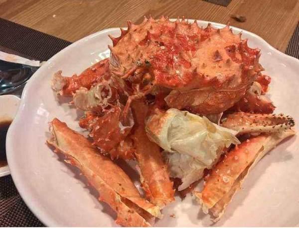 自助餐为何只见帝王蟹的蟹腿,其它部位哪儿去了?