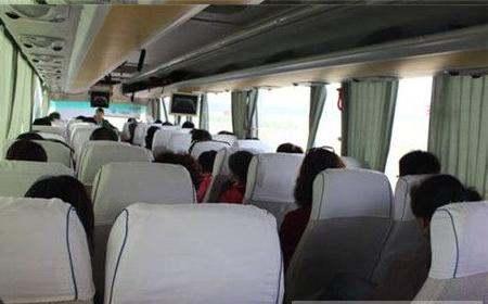 大巴上的座位把手怎么固定(谁有座在大巴汽车位置上往前面拍照的真实图片)
