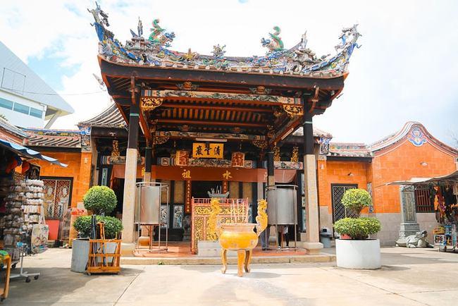 世界上唯一的蛇庙,寺内毒蛇泛滥,四处游走,难道不会咬游客吗?