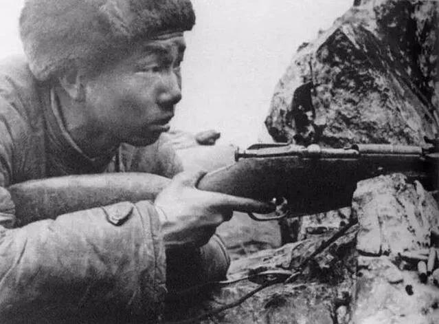 《浴血无名川》中我军狙击手使用无瞄准镜的枪械,符合史实吗?
