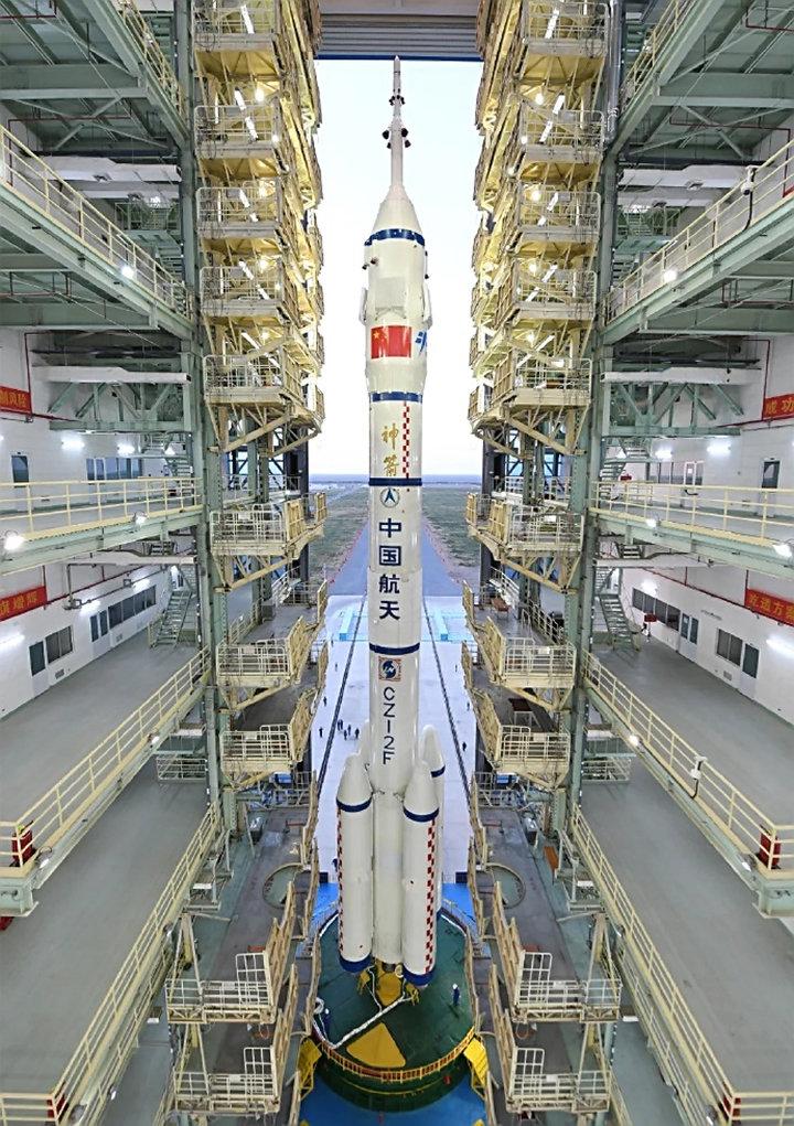 神舟十三号抵达发射区!女航天员在太空飞半年,生理期怎么办?