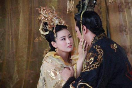 哪位妖妃堪比苏妲己,坐在君王的腿上一起议政,最后因长得太美被杀?