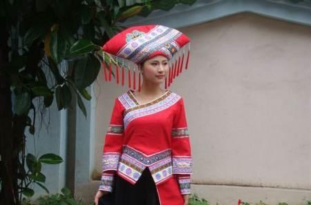 三个少数民族的族名、服饰、习俗、饮食文化等