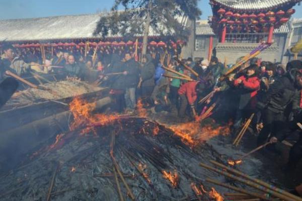 女子寺庙烧香掉香灰池,香灰池为何设计在低处?