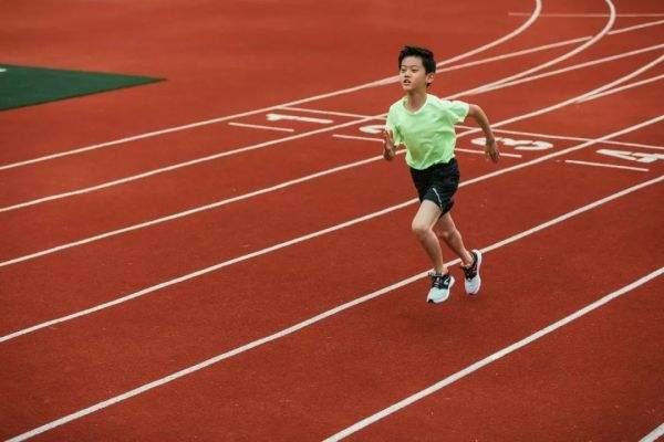 长跑时,刚开始很累,坚持到五六公里越跑越快是怎么回事?