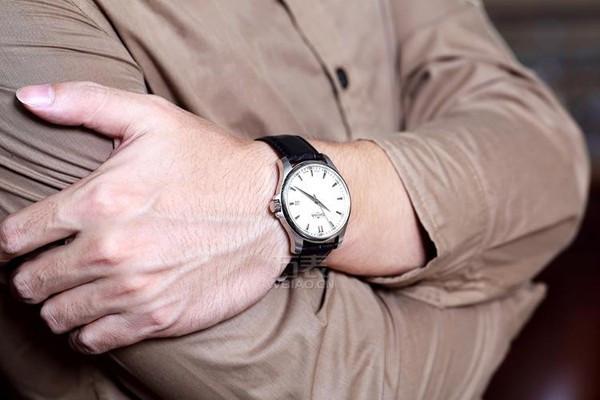 男人戴手表,男士佩戴手表应该带在哪只手上?
