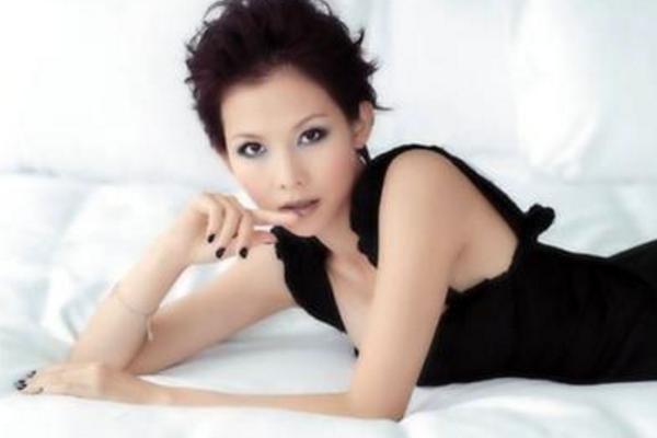 蔡少芬闺蜜团现状:48岁洪欣街头抽烟,51岁陈法蓉吐心声,如何对待闺蜜现状?
